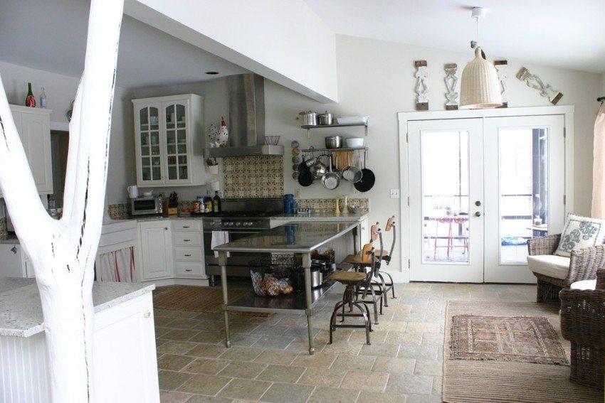 Ствол дерева в интерьере дачной кухни выполняет несущую и декоративную функцию