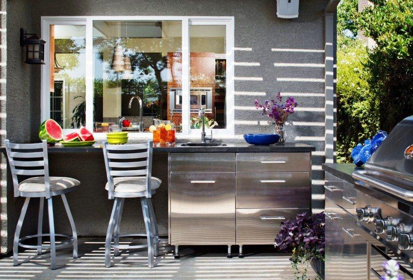 Закрытую и открытую части дачной кухни разделяет раздвижное металлопластиковое окно