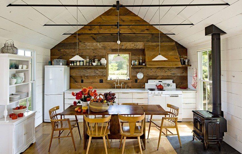 Каркасный дом-кухня оформлен с применением деревянных отделочных материалов