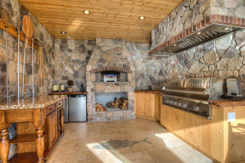 Стены и печь дачной кухни облицованы искусственным камнем