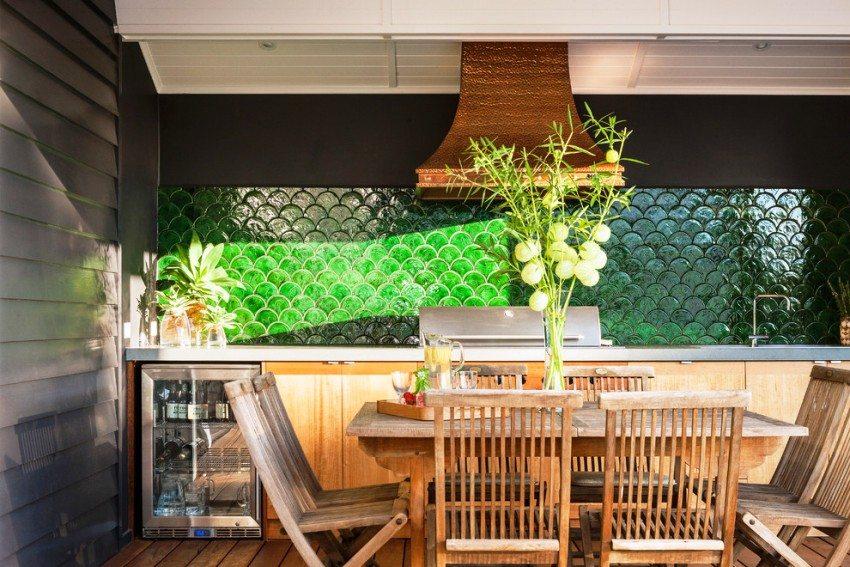 Частично открытая летняя кухня, примыкающая к одной из сторон дома