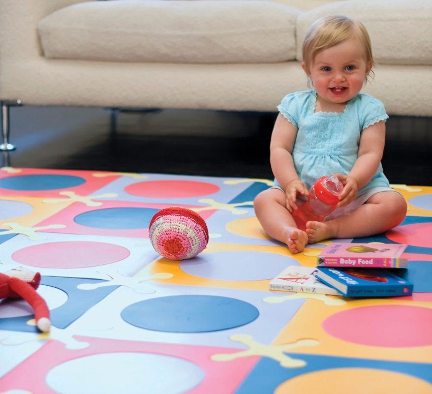 Мягкое покрытие обеспечит безопасность ребенка во время игр на полу