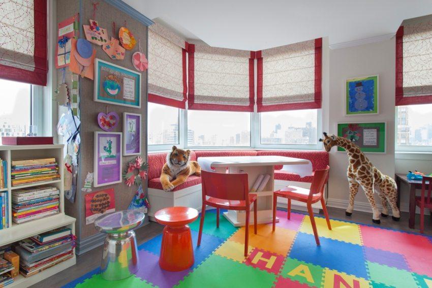 Мягкий пол в игровой комнате оформлен с использованием плиток разного размера