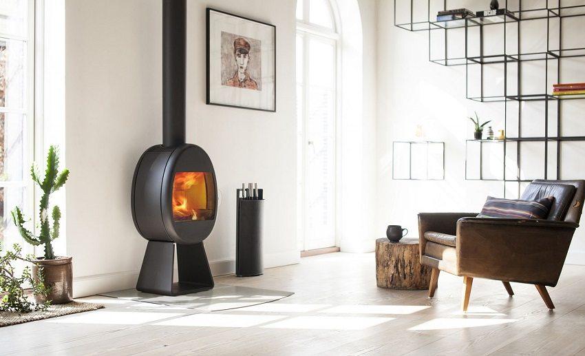 Компактная печь-камин в гостиной, оформленной в современном стиле