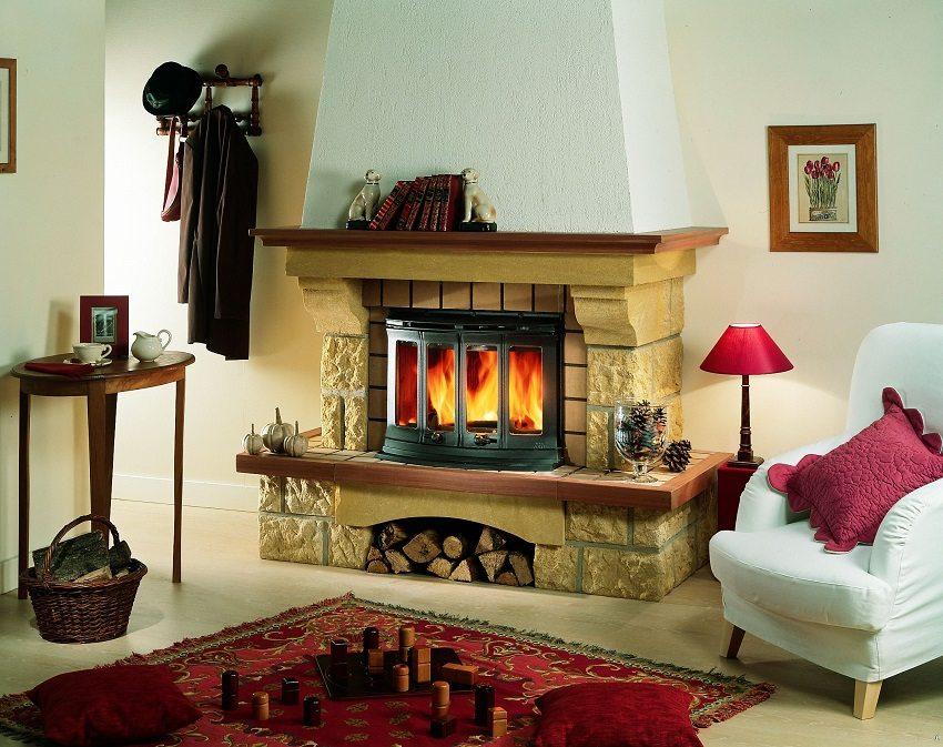 Живой огонь в камине делает атмосферу в доме особенно уютной