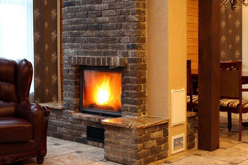 При выборе теплообменника для печи или камина необходимо учитывать параметры строения и системы отопления в нём