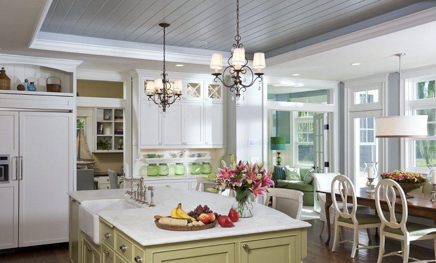 С помощью ПВХ панелей, можно отделать не только потолки на кухне, но и стены, которые легко содержать в чистоте