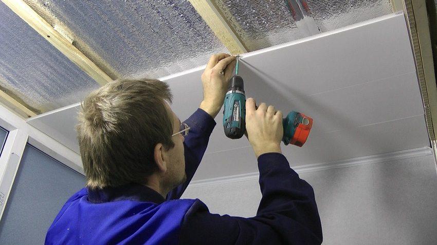 В качестве каркаса при монтаже пластиковых панелей на потолок можно использовать деревянные рейки