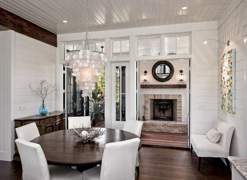 Потолок и стены гостиной отделаны белыми глянцевыми панелями ПВХ