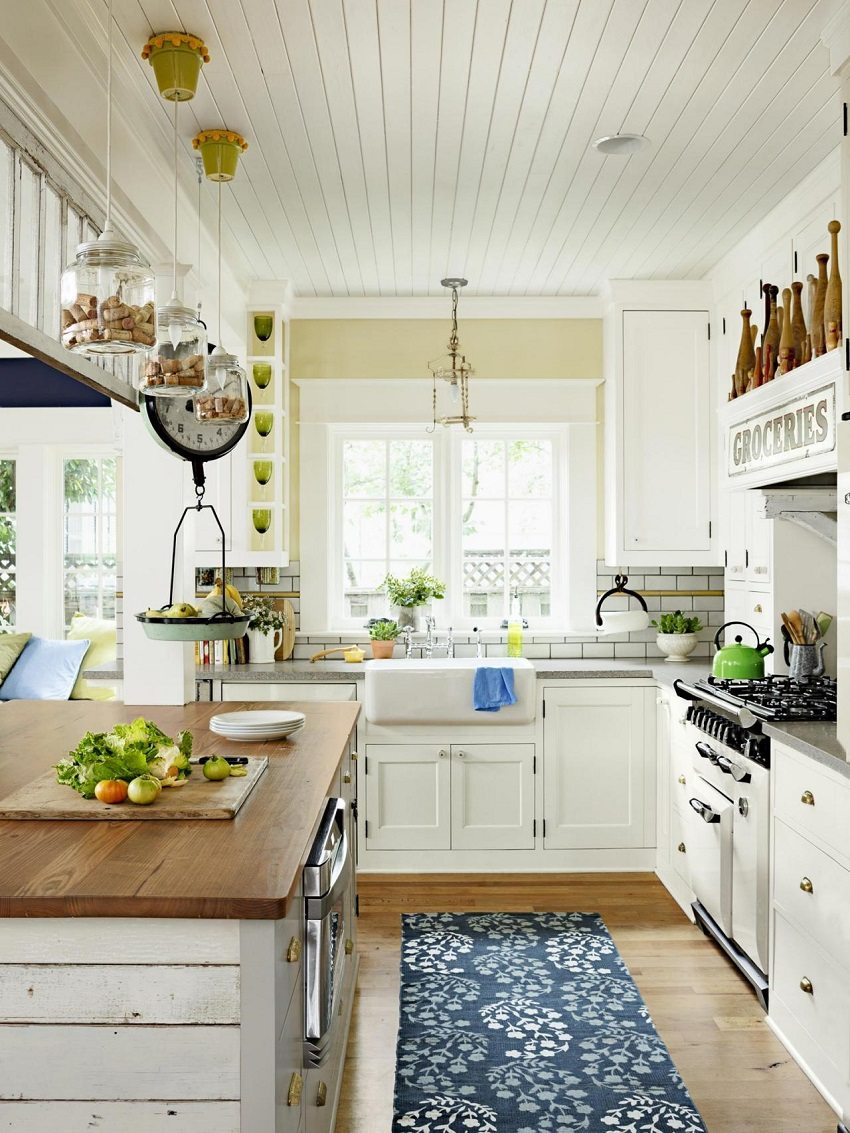 Белые панели на потолке визуально увеличивают высоту помещения
