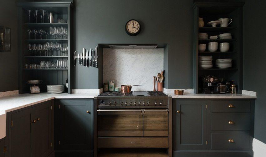 Фасад кухонной мебели и стены окрашены одинаковой темно-серой краской