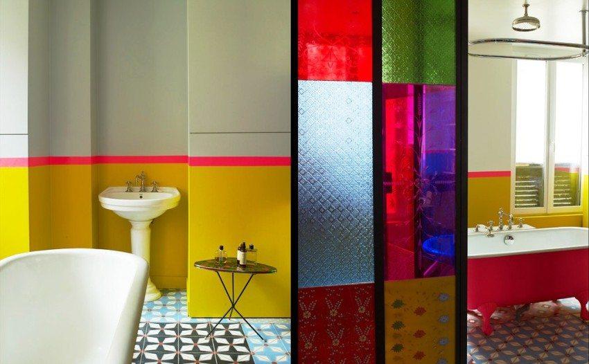 Стильное сочетание серого, желтого и розового оттенков в оформлении ванной