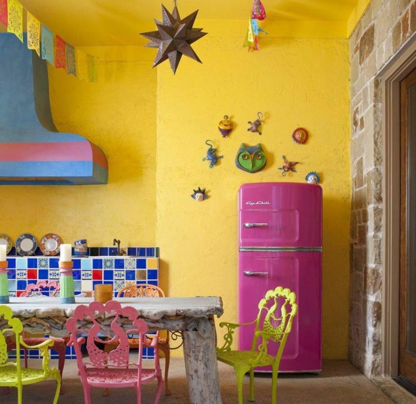 В отделке стен кухни использована желтая фактурная краска