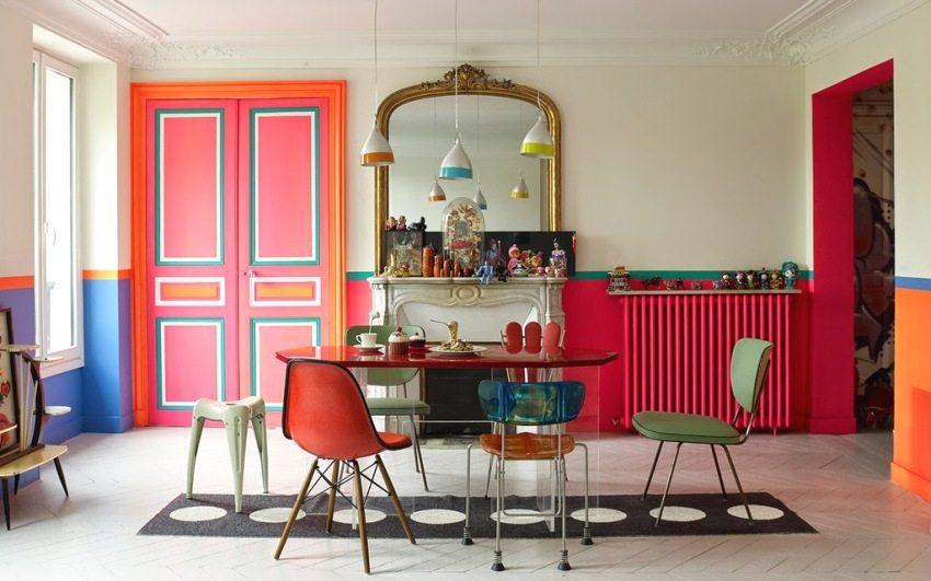 По нижней части стен выполнен бордюр из разноцветных красок
