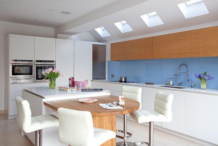 Двухуровневый гипсокартонный потолок в кухне-столовой