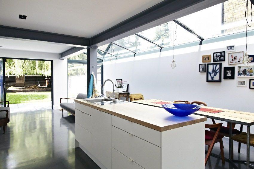 В отделке потолка использовано сочетание белого и темно-серого цветов