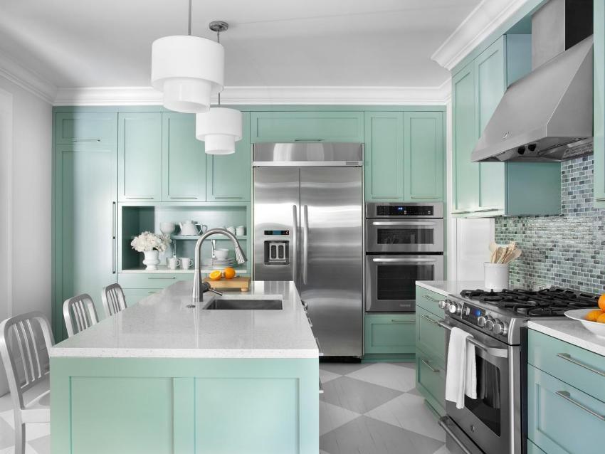 Одноуровневый потолок на кухне окрашен белой матовой краской