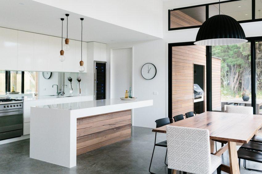 Рабочая зона кухни визуально отделена объемной конструкцией из ГКЛ