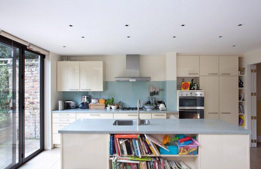 Для освещения на кухне используются точечные светильники