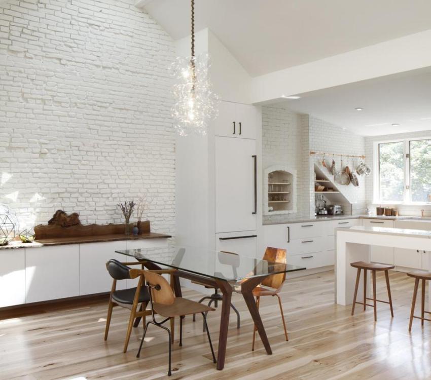 Сложная многоуровневая конструкция на кухонном потолке