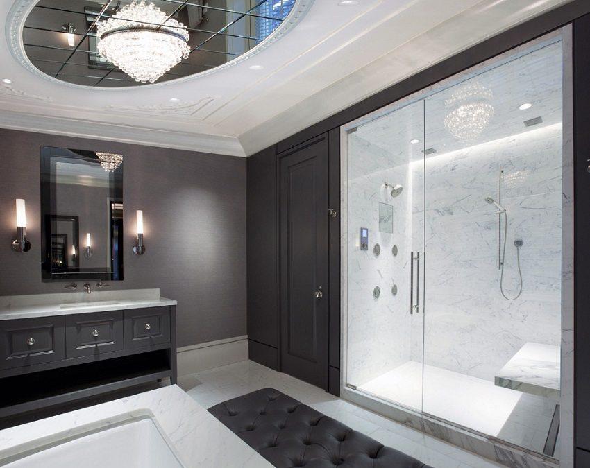 Оригинальное оформление потолка в ванной с зеркальной вставкой