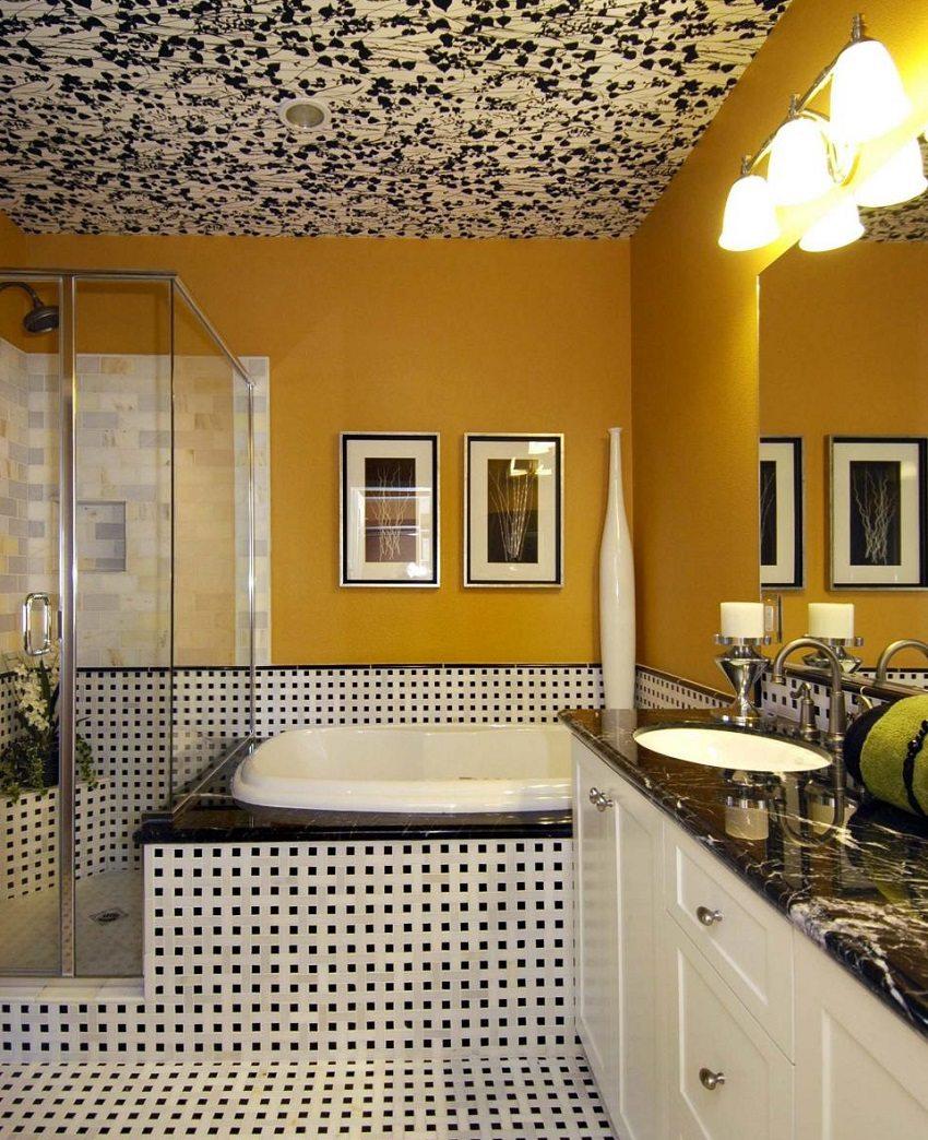 Натяжной потолок с растительным принтом в интерьере ванной комнаты