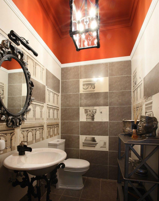 Потолок в ванной окрашен ярко-красной акриловой краской