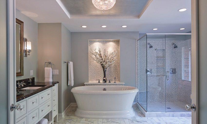 Двухуровневый подвесной потолок в ванной комнате со встроенными точечными светильниками