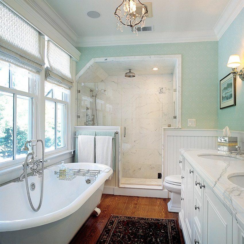 Потолок с гладкой белой поверхностью остается неизменной классикой в дизайне ванной комнаты