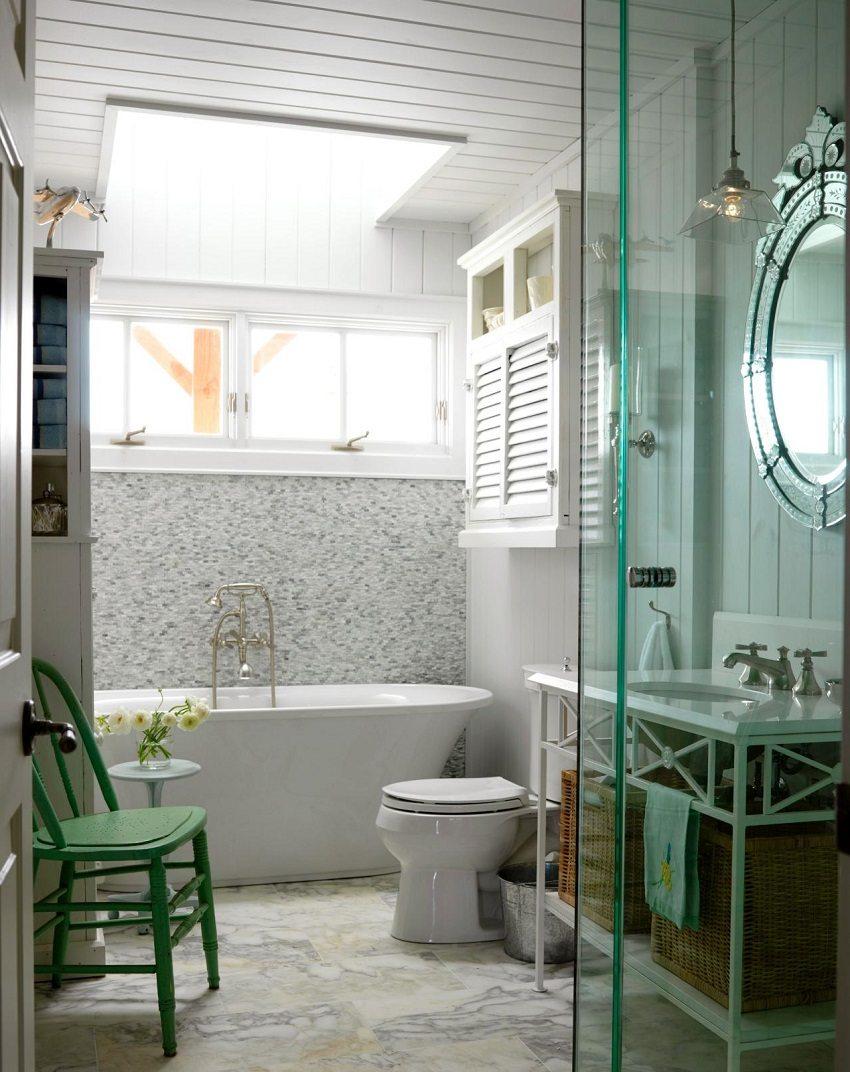 Белые пластиковые панели в отделке стен и потолка ванной комнаты