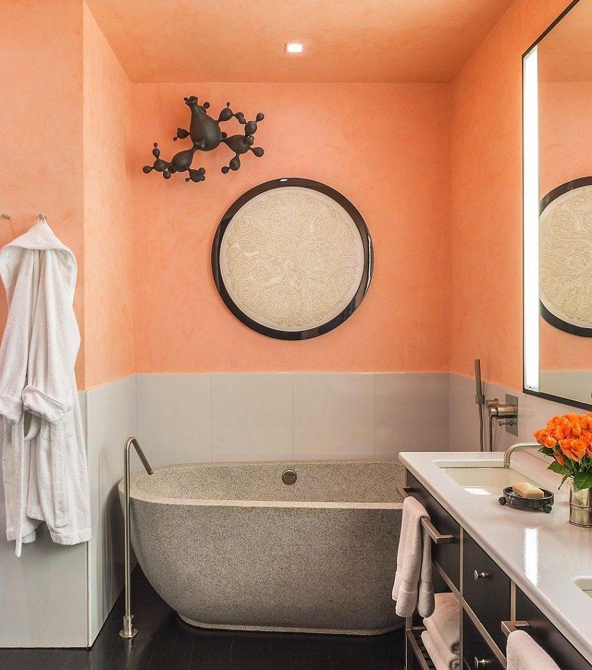 Стены и потолок ванной комнаты оформлены гидрофобной краской персикового цвета
