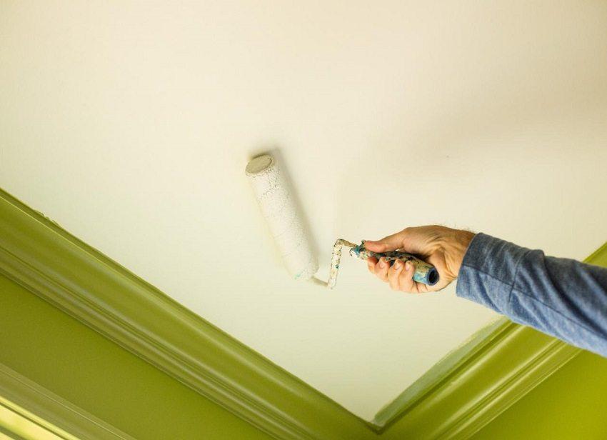 Для покрытия потолка ванной комнаты выбирайте влагостойкую краску на акриловой или силиконовой основе
