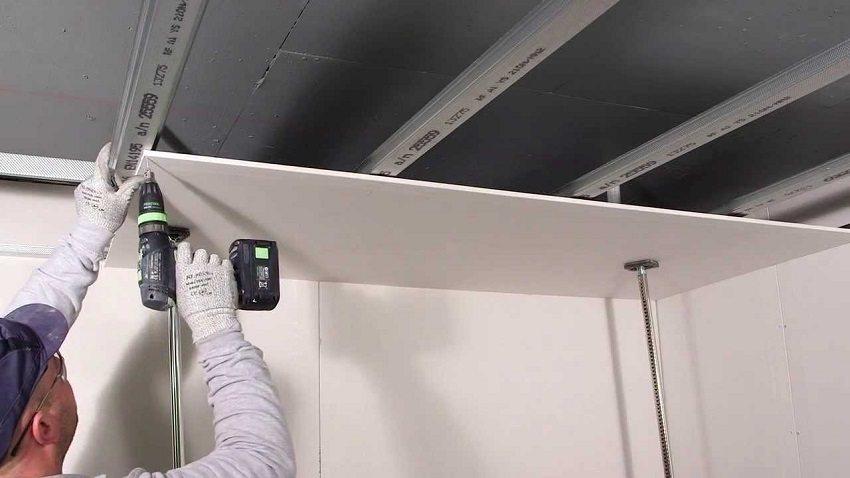 Монтаж панельного навесного потолка в ванной с металлическим каркасом