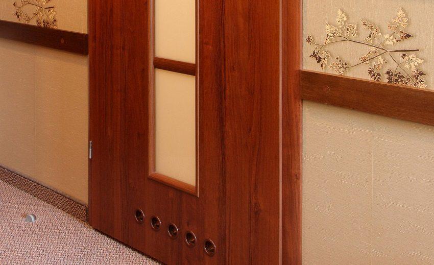 Для обеспечения эффективной вентиляции помещений, в межкомнатных дверях устанавливают вентиляционные отверстия