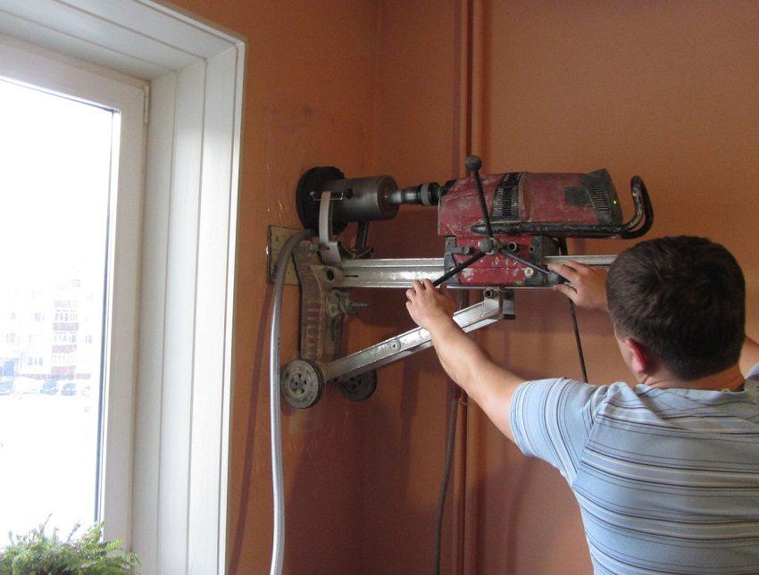 Бурение отверстия под установку вентиляционного клапана в стену