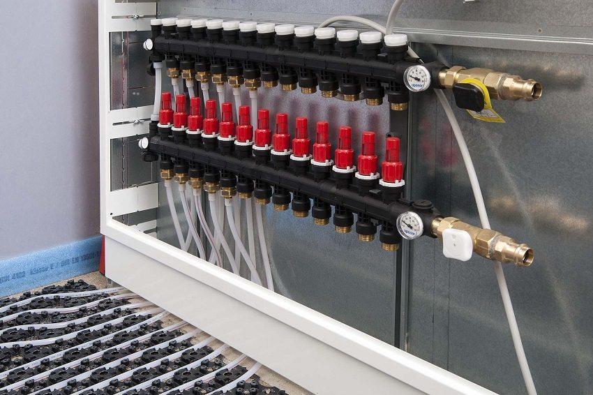 Коллекторный шкаф с подключенной системой теплого пола