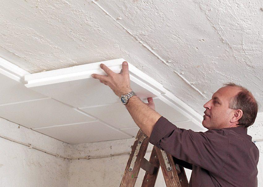 Монтаж пенополистирола на потолок производят с использованием специального клея