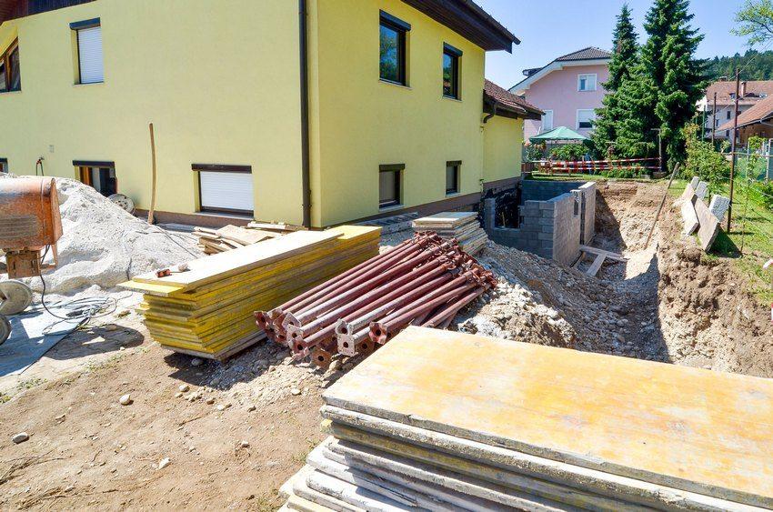 Дома из разных материалов: срубы, кирпичные, каркасные – потребуют разных технологий подкладки фундамента