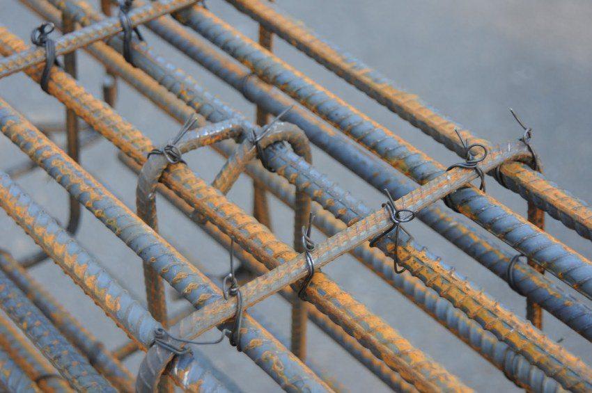 Для армирования фундамента можно использовать рифленые стальные прутки