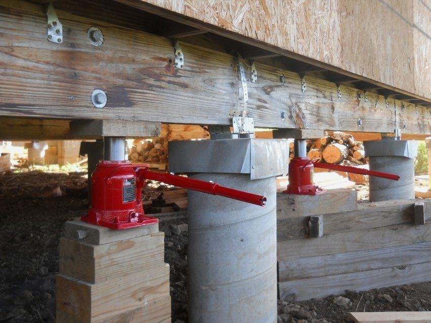 Если фундамент сильно поврежден и нуждается в замене, потребуются домкраты, которые помогут приподнять строение