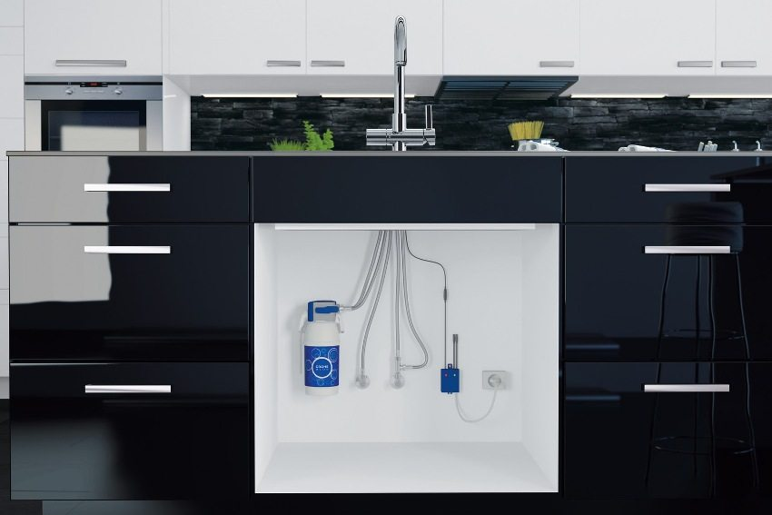 Под кухонной тумбой установлен проточный фильтр для очистки воды