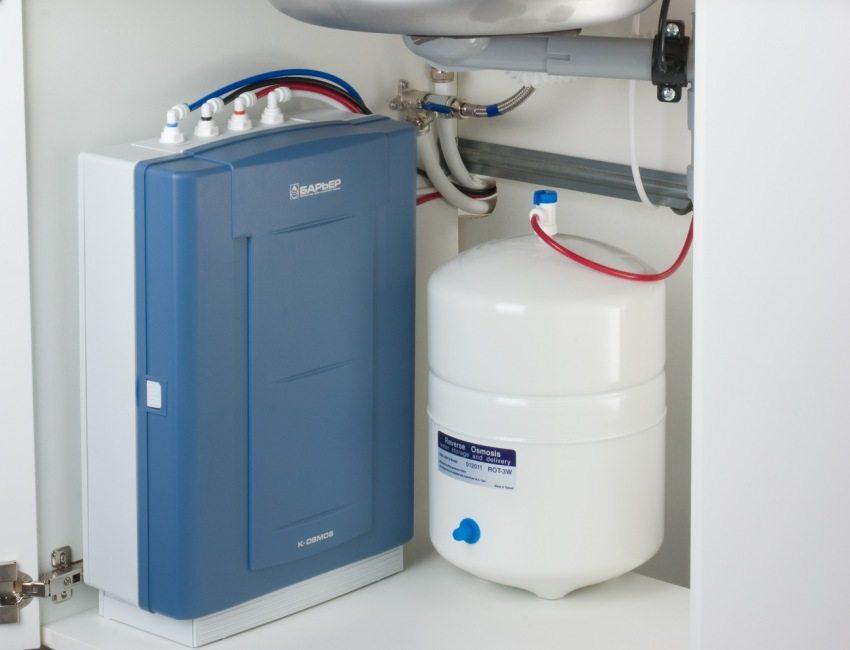 Фильтр с обратным осмосом накапливает очищенную воду в специальной емкости