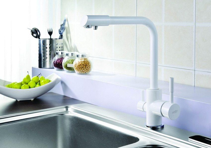 На носике смесителя имеются два отверстия - для обычной и очищенной питьевой воды