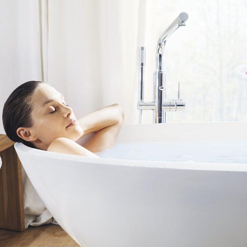 Современные душевые стойки с изливом и лейкой позволяют комфортно принимать водные процедуры