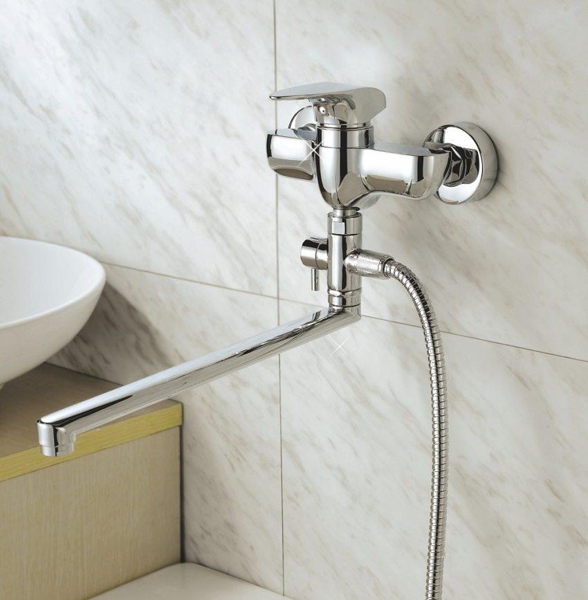 Поворотный длинный излив можно использовать для обслуживания и раковины, и ванны