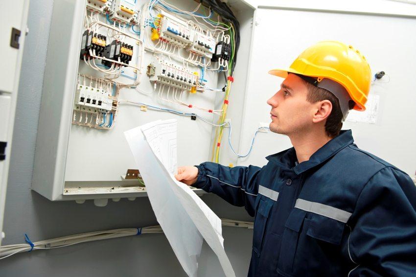 Стационарные стабилизаторы подключаются к распределительному щитку, а локальные - непосредственно с электроприборам