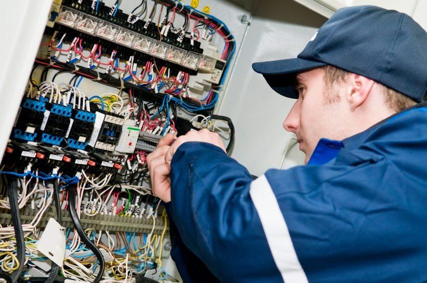 Нужную мощность стабилизатора можно рассчитать, ориентируясь на показатель мощности автоматов, установленных в щитке
