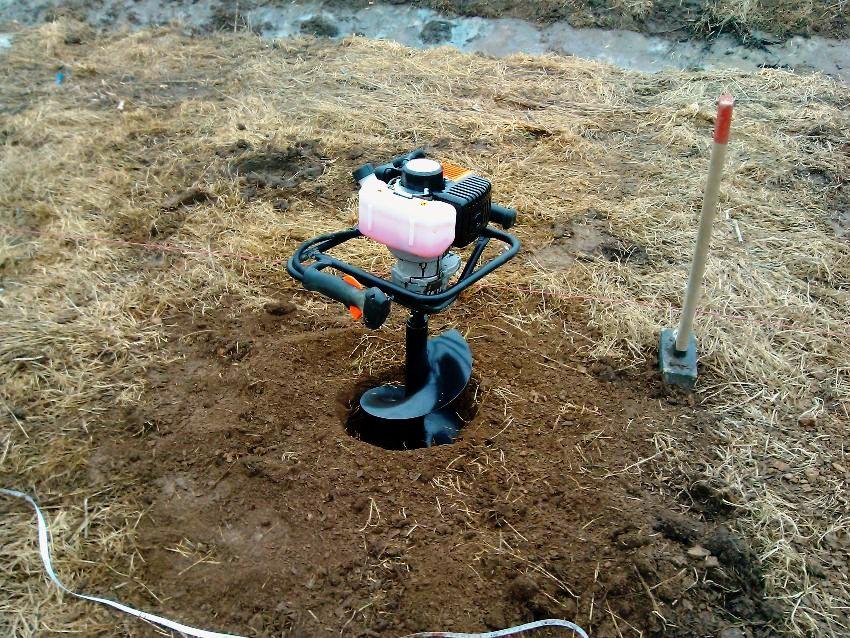Для рытья ям используют специальный бур для столбов