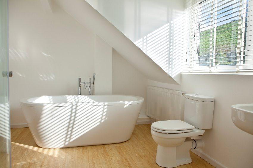 При естественной вентиляции воздух попадает в помещение через открытые окна и удаляется через вытяжные отверстия