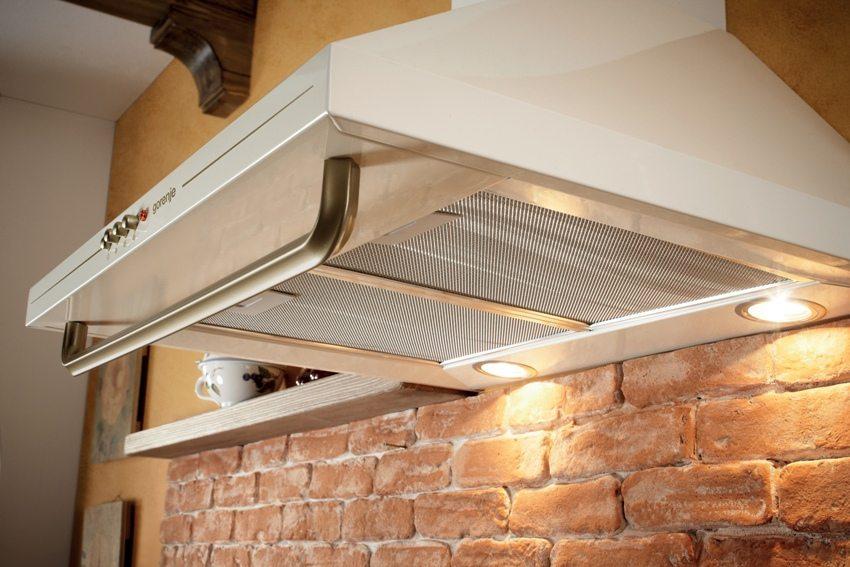При монтаже пластикового воздуховода для кухонной вытяжки рекомендуется использовать соединительный отрезок из металлической трубы